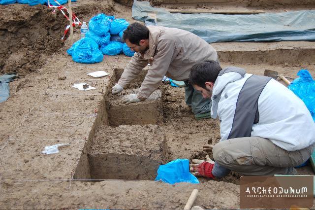 Archéologues au travail sur le niveau mésolithique