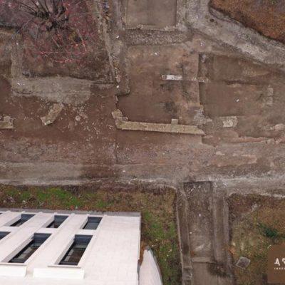 Rue antique et école ultra-moderne