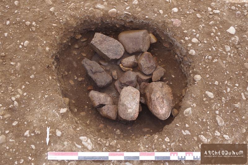 Silo protohistorique empli de fragments de meules