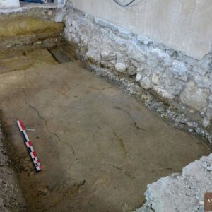 Vue du sol en mortier de tuileau du réfectoire du couvent