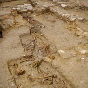 Inhumations médiévales et modernes dans la Libraria