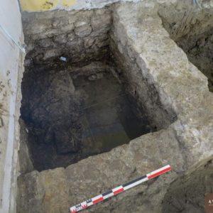 Vue de la fosse de latrines médiévale en cours de fouille