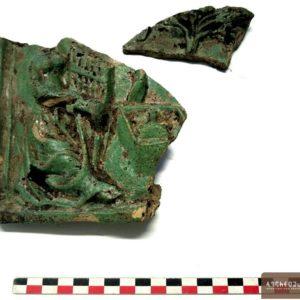 Fragment d'un carreau de poêle figurant une dame noble jouant de l'orgue portatif devant une fontaine et un arbre