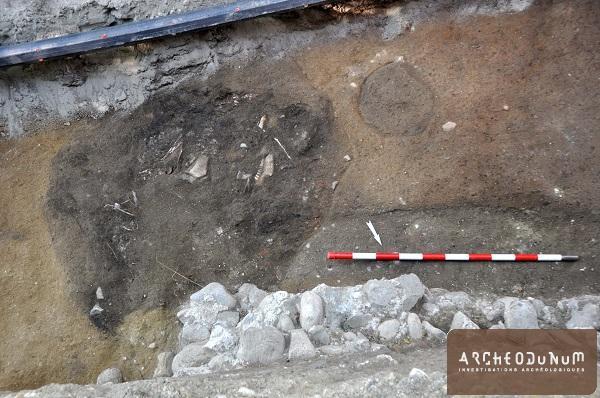 Fosse dépotoir et négatif de poteau de la première phase d'occupation romaine