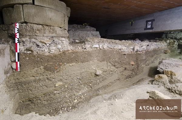 Vue en coupe d'une succession de sols datant de la phase alto-médiévale de la villa