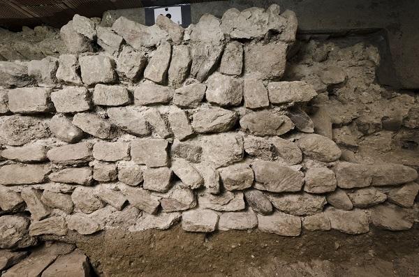 Vue d'une fondation de mur de la première église (fin 8e-milieu 9e siècle).