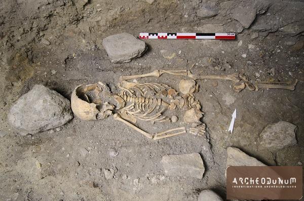 Vue d'une sépulture d'enfant faisant partie des plus anciennes du site (époque carolingienne).