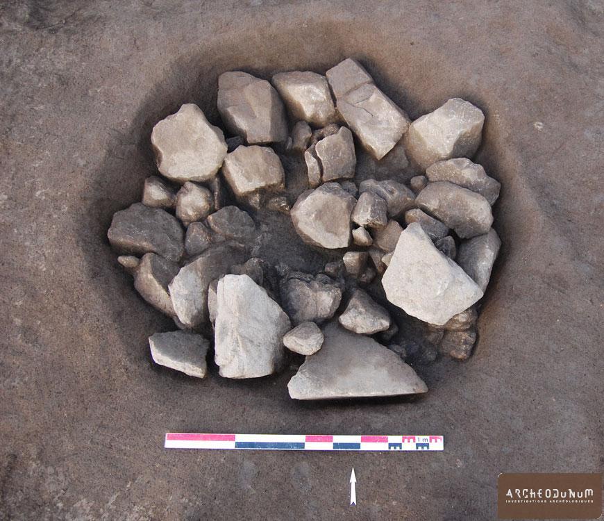 Fosse contenant les pierres de calage d'un menhir.
