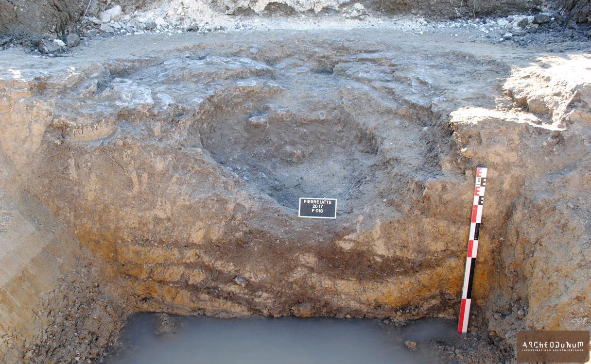 Puits néolithique final en cours de fouille au bord de la nappe phréatique