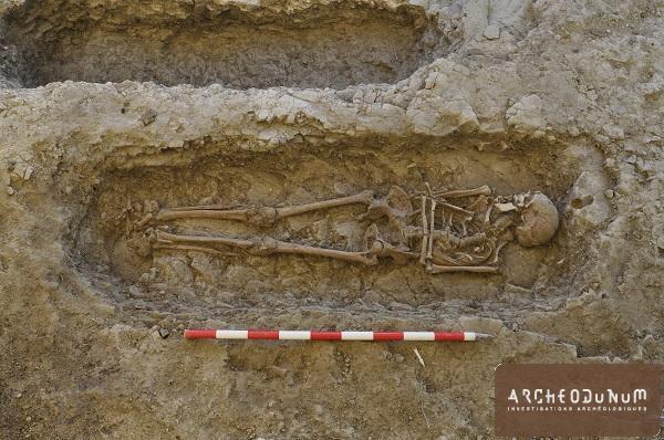 Vue d'une sépulture du petit espace funéraire daté du 10e siècle
