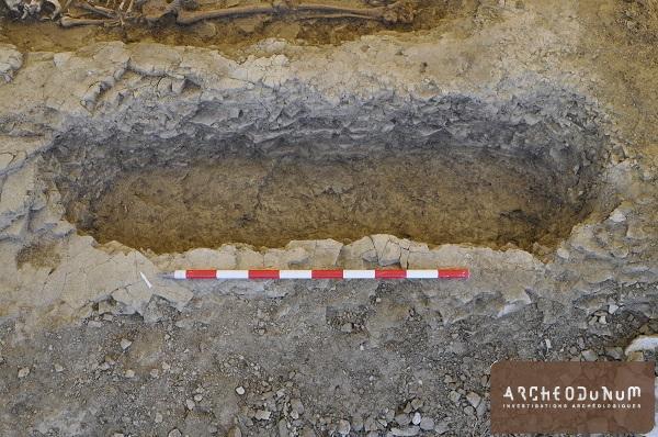 Vue d'une fosse de sépulture creusée dans la molasse (10e siècle).