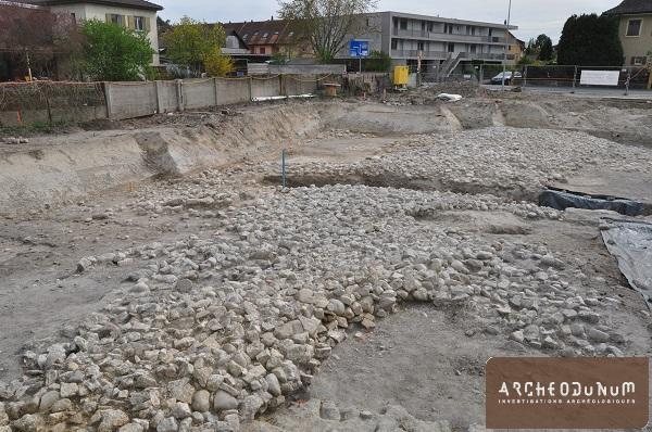 Vue du vaste empierrement (aménagement de berge) daté du Haut Moyen Âge.