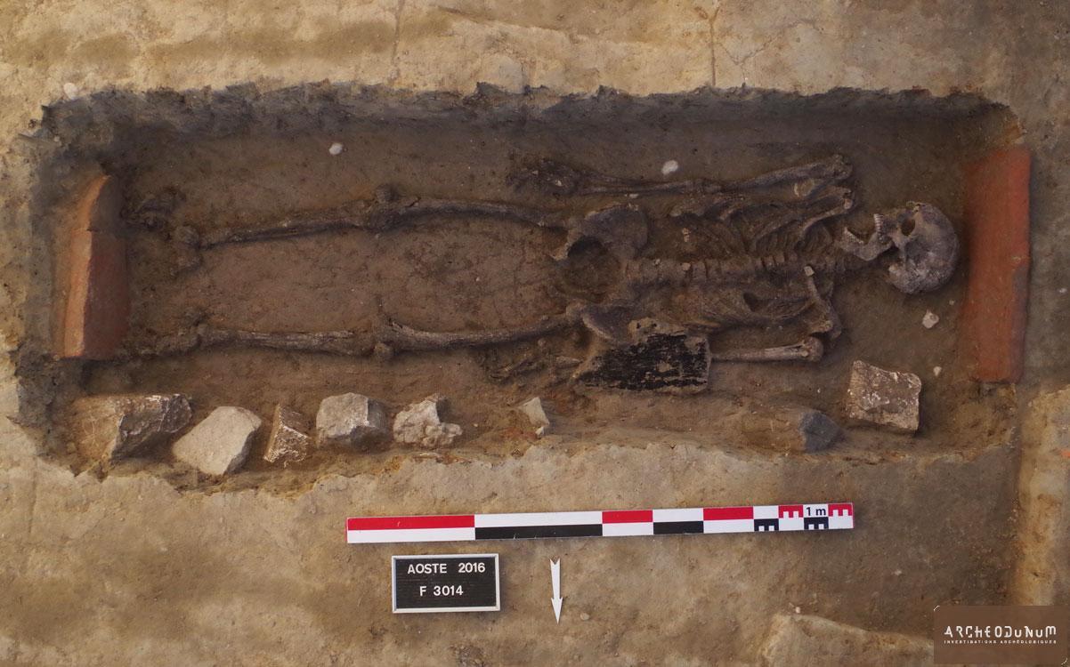 Tombe d'un homme adulte inhumé dans un coffre en bois.