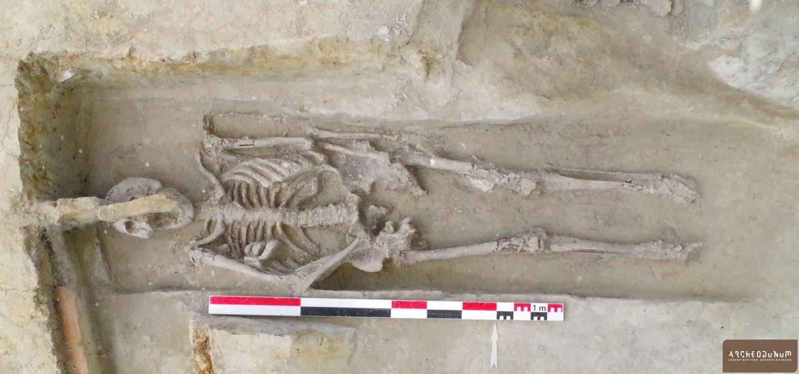 Tombe d'un homme adulte enterré dans un coffre en bois.