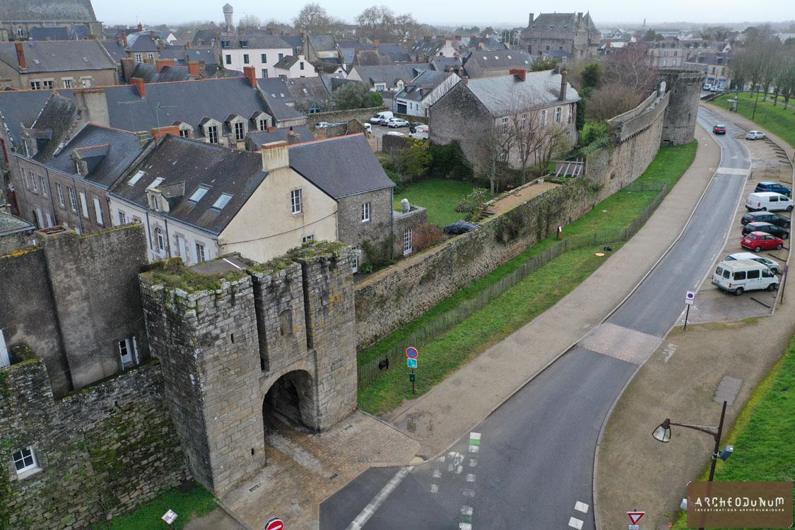 Vue aérienne de l'enceinte urbaine et de la porte de Saillé
