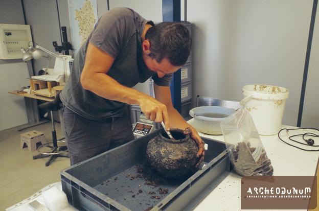 Pot en cours de fouille en laboratoire