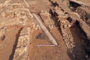 Fig. 2 : Vestiges romains traversés par une canalisation moderne