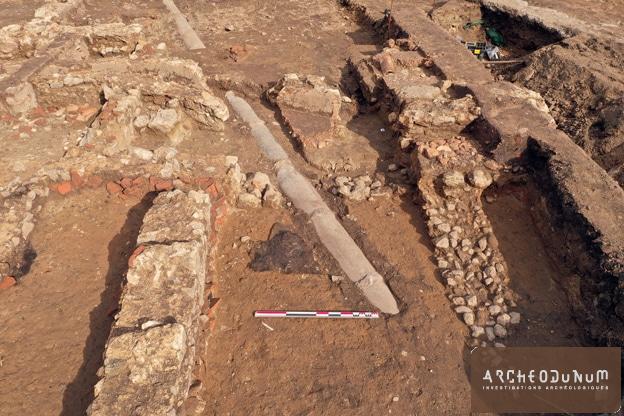 2. Vestiges romains traversés par une canalisation moderne