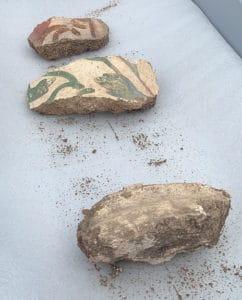 Fig. 6 : Fragments d'enduits décorés appartenant à une colonne