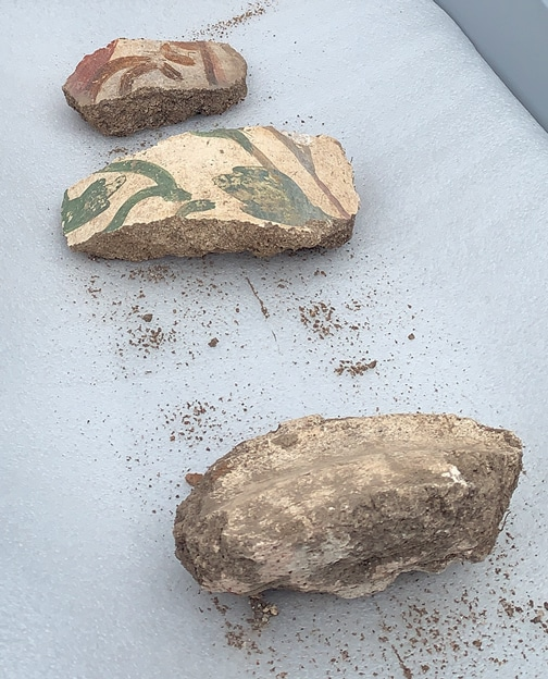6. Fragments d'enduits décorés appartenant à une colonne