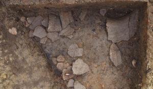 Fig. 6 : Fragments de poterie dans une fosse.