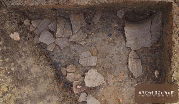 Tomblaine - 6 : Fragments de poterie dans une fosse